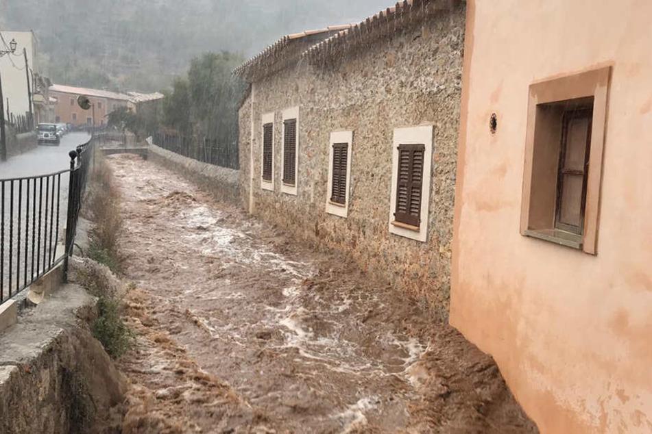 Blick auf den durch Unwetter und Regenfälle angeschwollenen Bach Sa Mosquera, der durch Selva auf Mallorca fließt.