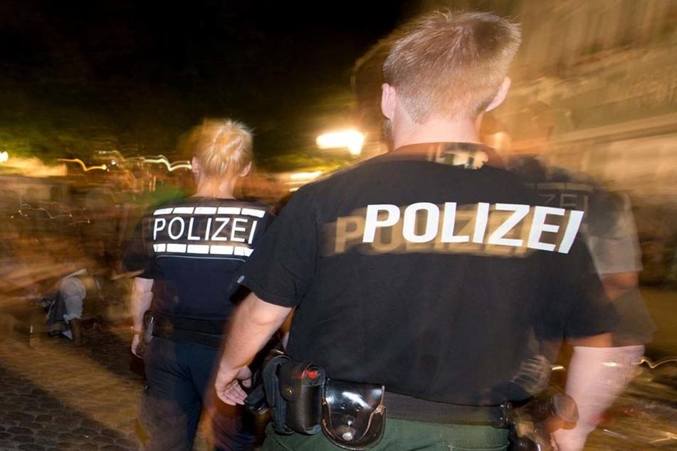 Die herbeigerufenen Beamten konnten einen der mutmaßlichen Täter im Bereich des Ostplatzes stellen. (Symbolbild)
