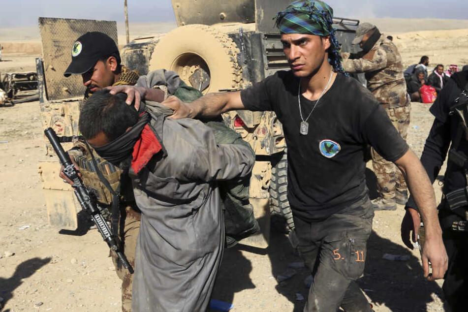 Soldaten einer irakischen Spezialeinheit verhaften einen IS-Kämpfer (Archivbild).