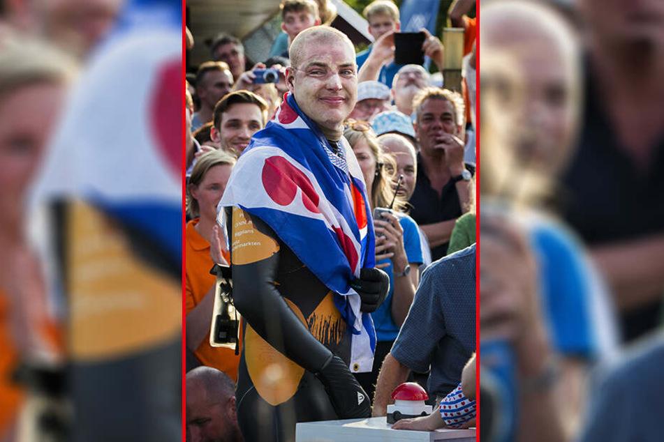 Maarten van der Weijden (38) wird von Zuschauern in Leeeuwarden empfangen.