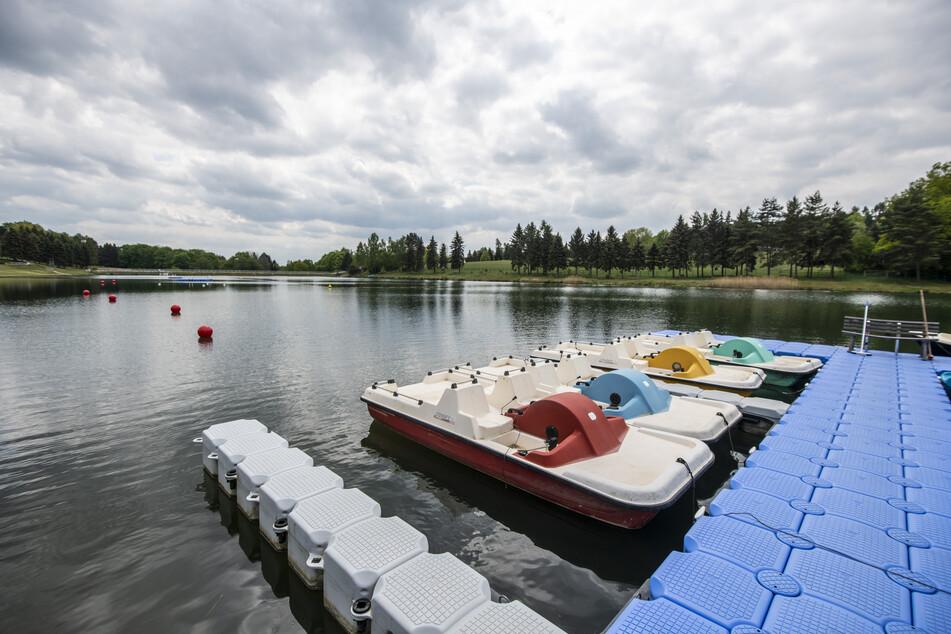 Ob Schwimmen, Rudern oder Wassertreter fahren - am Stausee werden verschiedene Möglichkeiten für Spaß im kalten Nass geboten.