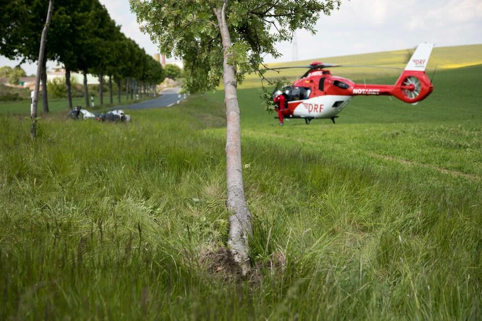 Das Motorrad war erst gegen einen Baum geprallt, bevor es auf einem Feld liegen blieb.