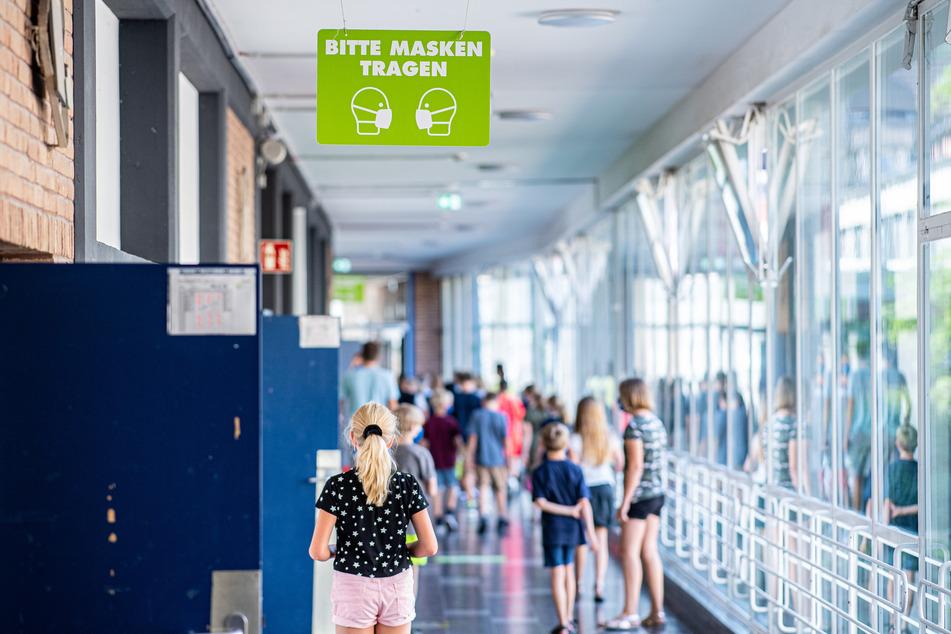 In einigen Bundesländern sind die Sommerferien schon wieder rum und deshalb müssen die Kinder wieder in die Schule - trotz Corona-Ansteckungsgefahr.