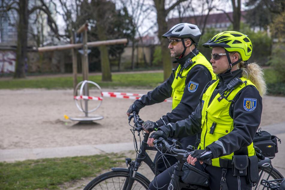 Eine Fahrradstaffel der Polizeibehörde kontrolliert, ob sich die BürgerInnen an die getroffenen Maßnahmen halten.