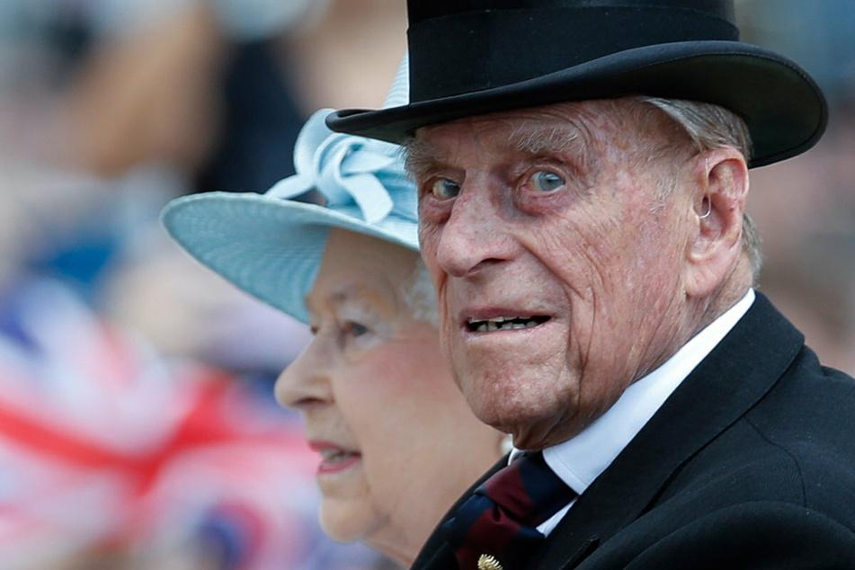 Die britische Königin Elisabeth II. (95) und ihr Ehemann Prinz Philip (†99) bei einer Kutschfahrt in London. Prinz Philip verstarb am 9. April auf Schloss Windsor, umgeben von seinen Liebsten.