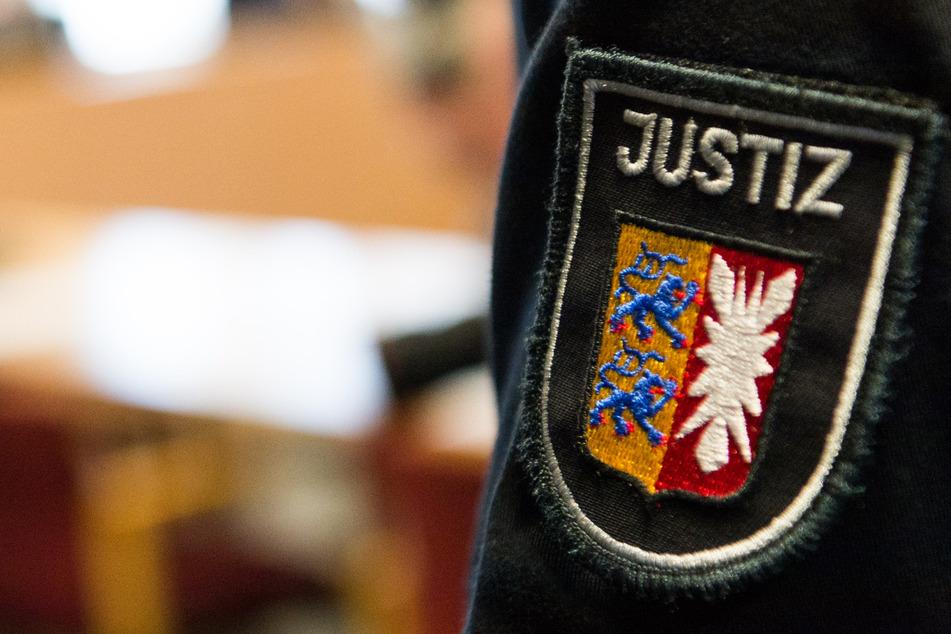 22-Jähriger verfolgt und verletzt Männer mit seinem Auto: Prozessbeginn!