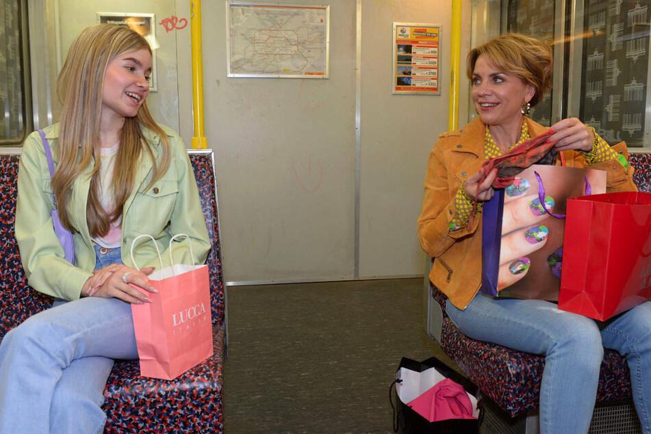 Johanna (l.) und Yvonne vertreiben sich die Zeit mit einer Shopping-Tour.