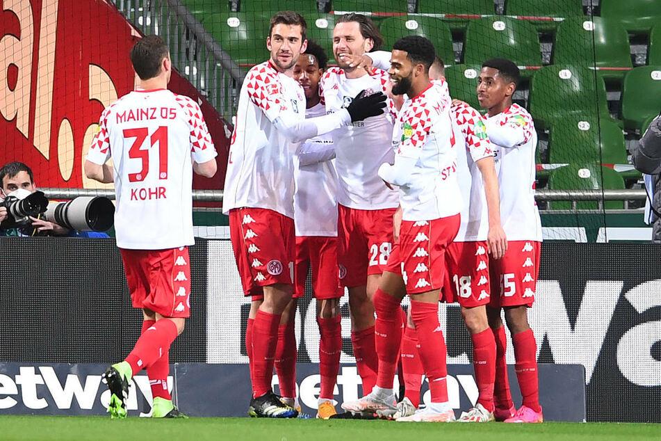 Die Mainzer bejubeln den 1:0-Führungstreffer von Adam Szalai (M.).