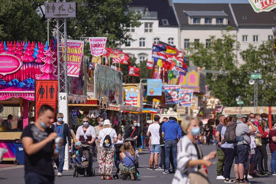 Besucher schlendern über den Hamburger Sommerdom, der am heutigen Sonntag zu Ende geht.