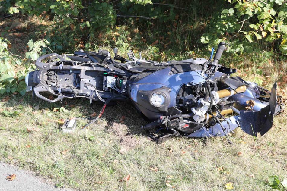 Das Motorrad wurde bei dem Zusammenstoß komplett zerstört.