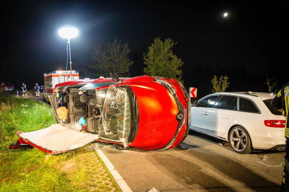 Eine Frau musste aus dem Auto mithilfe der Feuerwehr befreit werden. Sie war schwer verletzt.