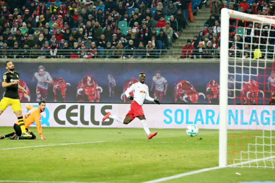 Nach zwei Dortmunder Abseitstoren erzielte Jean-Kevin Augustin (r.) die Führung für RB in der 29. Minute. Torhüter Roman Bürki und Verteidiger Ömer Toprak schauen nur hinterher.