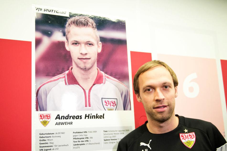 Andreas HInkel vor einem ehemaligen Spielerfoto von sich. (Archiv)