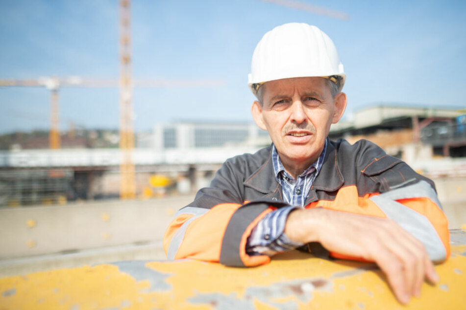 Peter Maile, Diakon und Betriebsseelsorger, steht aus der S-21-Baustelle.