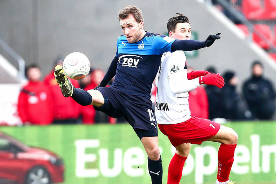 Mike Könnecke (l., gegen Erfurts Theodor Bergmann) zählt mit insgesamt 150 Zweit- und Drittliga-Einsätzen zu den erfahrensten Spielern beim FSV.