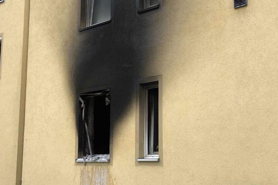 Aus dem Fenster im Erdgeschoss schlugen die Flammen.