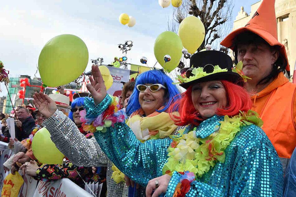 """Kostümierte Narren feiern den """"Zug der fröhlichen Leute"""" in der Cottbuser Innenstadt."""