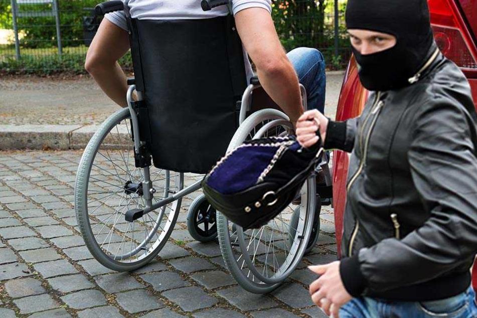 Ein Dieb versuchte am Montagmorgen einem Rollstuhlfahrer die Tasche von seinem Armstumpf zu reißen.