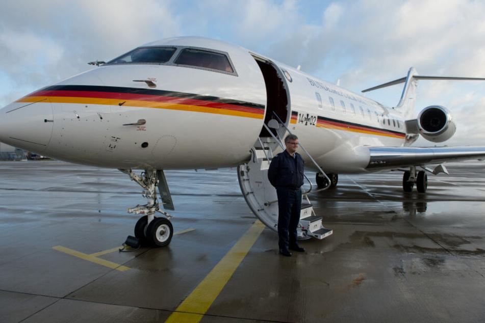 Ein Pilot der Flugbereitschaft neben einer Global 5000 der Bundesregierung.