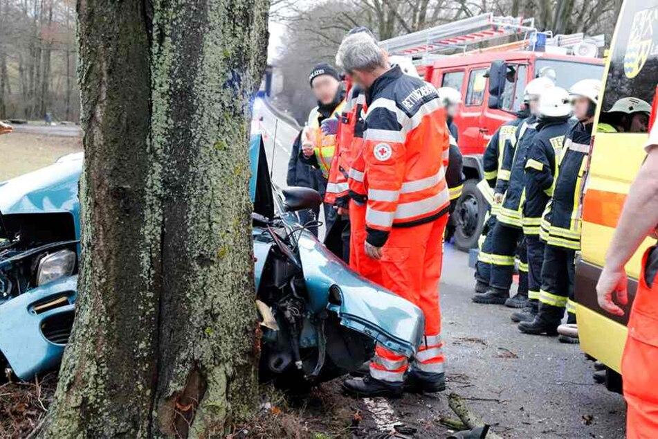 Toyota-Fahrer kracht auf B169 gegen Baum und stirbt noch vor Ort