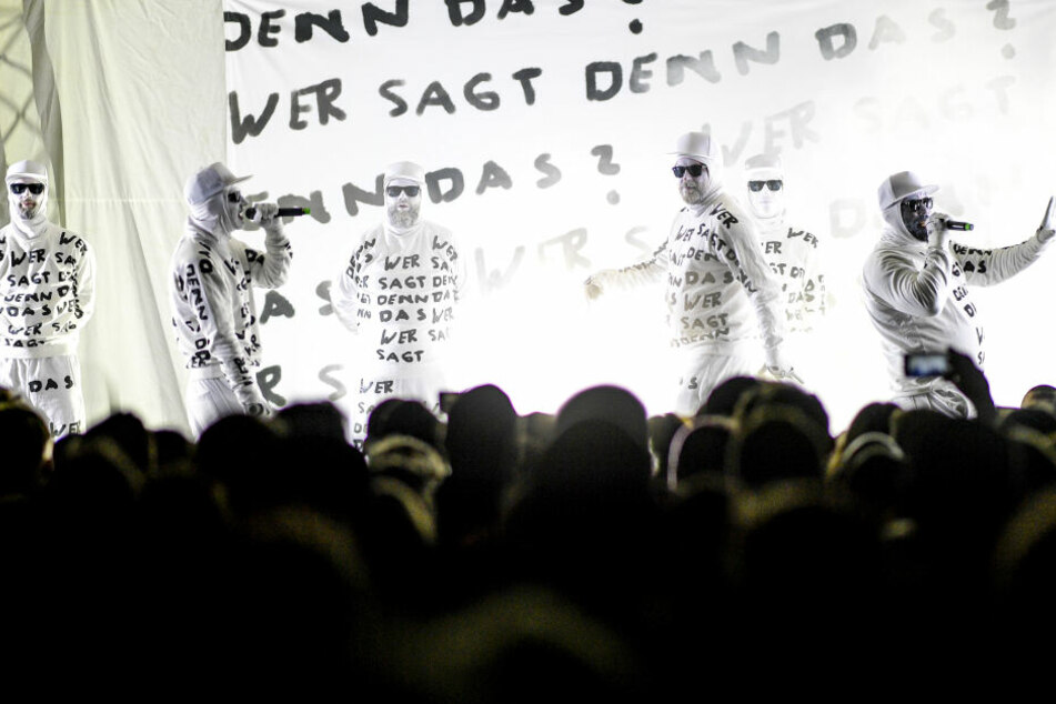 """Die Band """"Deichkind"""" spielt beim Reeperbahn-Festival auf einer Bühne vor dem Millerntorstadion."""