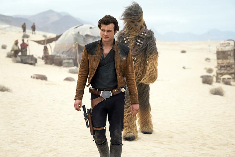 Der junge Han Solo (Alden Ehrenreich) und Wookie Chewbacca (Joonas Suotamo) auf gefährlicher Mission.