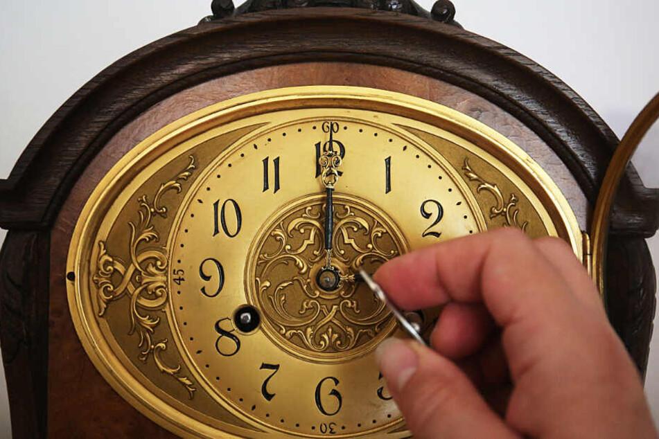Über 5000 Uhren muss Roy West am Sonntag wieder zurückstellen. (Symbolbild)