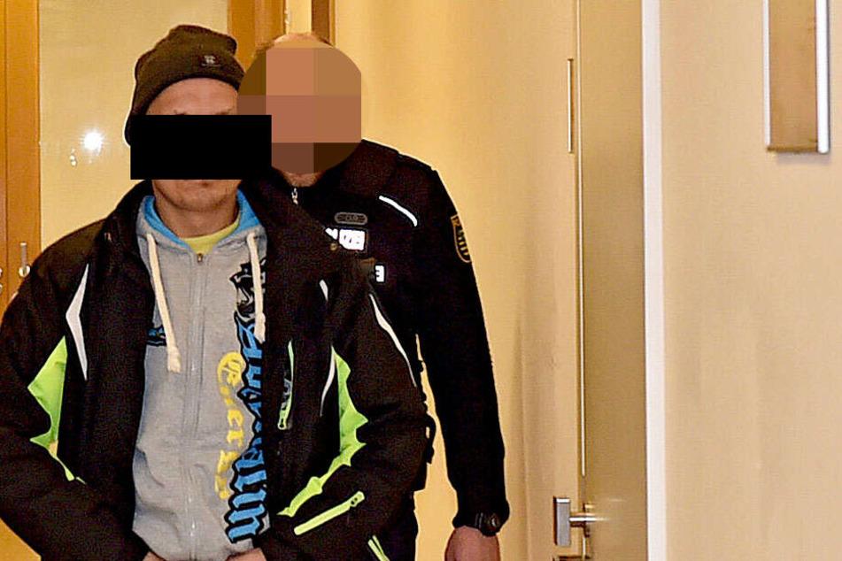 Weil er nicht pünktlich zum Prozess erschien, holte ihn die alarmierte Polizei zu Hause ab und brachte Daniel T. ins Gericht. Auch diese Kosten muss er nun zahlen.