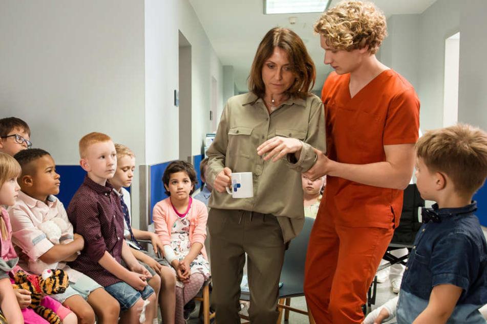 In der ersten Folge beschäftigt unter anderem ein Schulbrand die angehenden Pfleger. Fiete (r.) muss Lehrerin Frau Sommer stützen.