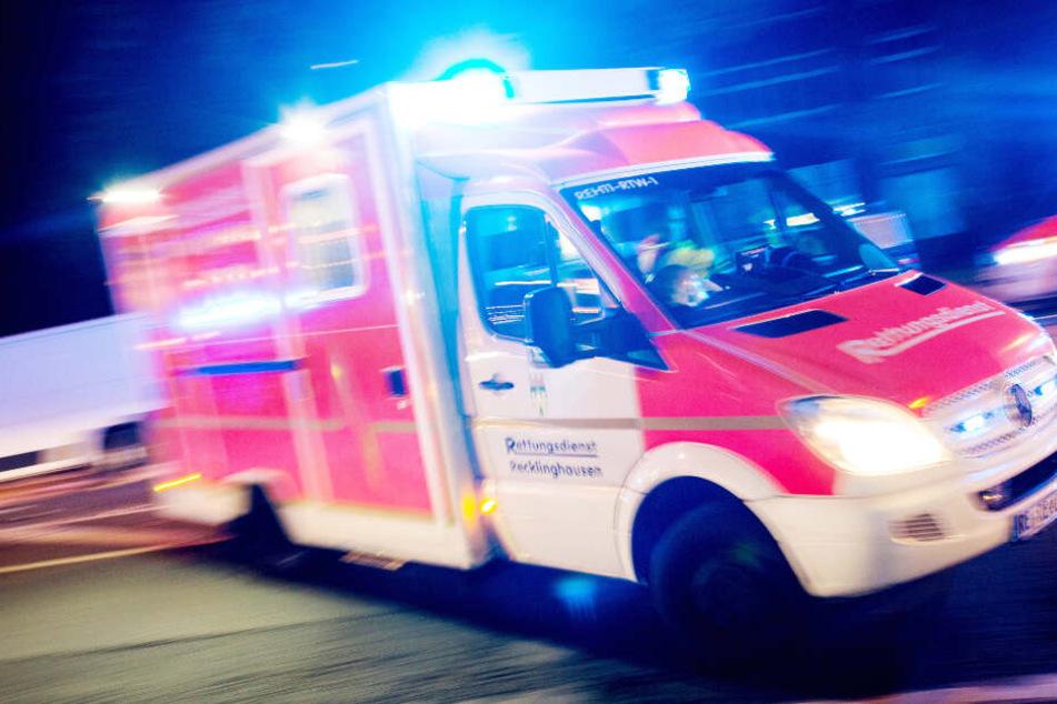 Die vier Verletzten mussten vom Rettungsdienst in ein Krankenhaus gebracht werden. (Symbolbild)