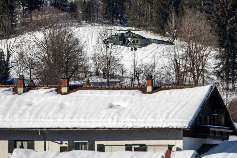 Ein Hubschrauber über Raiten: Die Gefahrenlage wurde neu bewertet, die Bewohner können in ihre Häuser zurück.