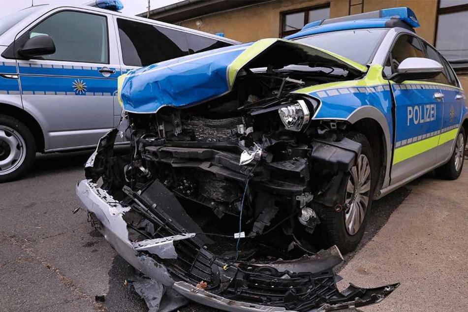 Dresden: Heftige Verfolgungsjagd durch Dresden: Polizeiauto von Tätern geschrottet