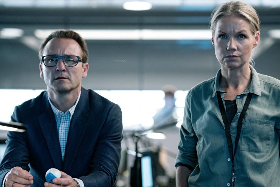 Die Ermittler Henrik Dalum (Lars Ranthe) und Eva Forsberg (Tova Magnusson) suchen gemeinsam nach einem gestohlenen Sprengkopf.