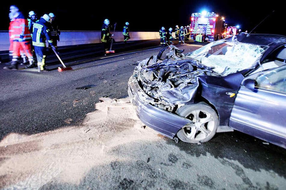 Auto kracht in Lkw: Fahrer lebensgefährlich verletzt, Trucker flüchtet