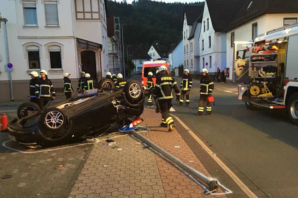Aus diesem demolierten Wrack konnte sich der verletzte Fahrer noch selbst befreien, bevor die Einsatzkräfte eintrafen.
