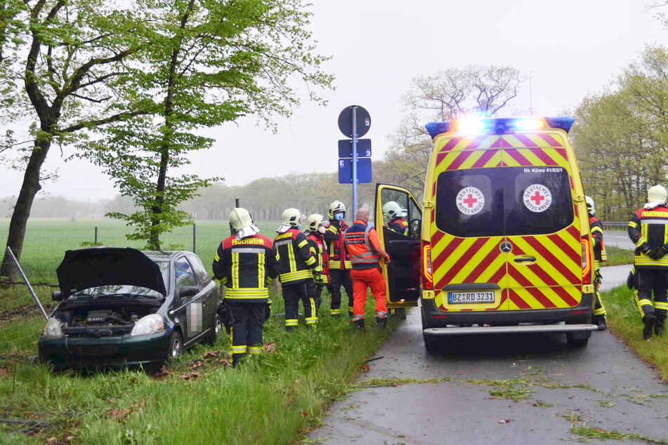 Zahlreiche Rettungskräfte waren vor Ort, um den verletzten Toyota-Fahrer zu versorgen.