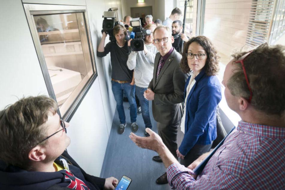 Der hessische Sozialminister Kai Klose (Grüne, M) und die hessiche Wissenschaftsministerin Angela Dorn (Grüne, 2.v.r.) bekommen im Hochsicherheitsbereich des Instituts für Virologie der Philipps-Universität Marburg die Einrichtung erklärt.