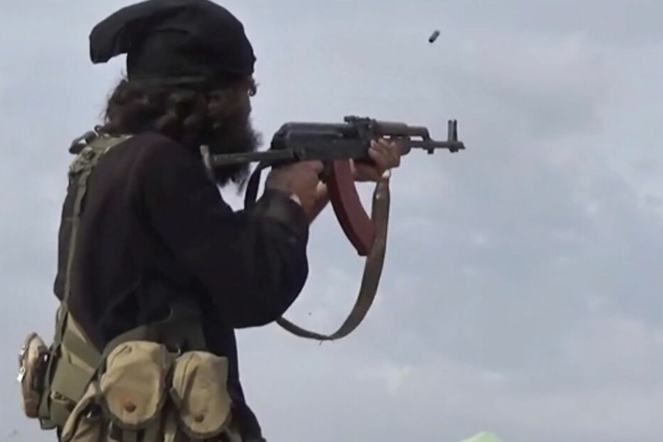Ein IS-Kämpfer feuert seine Waffe ab. (Symbolbild)