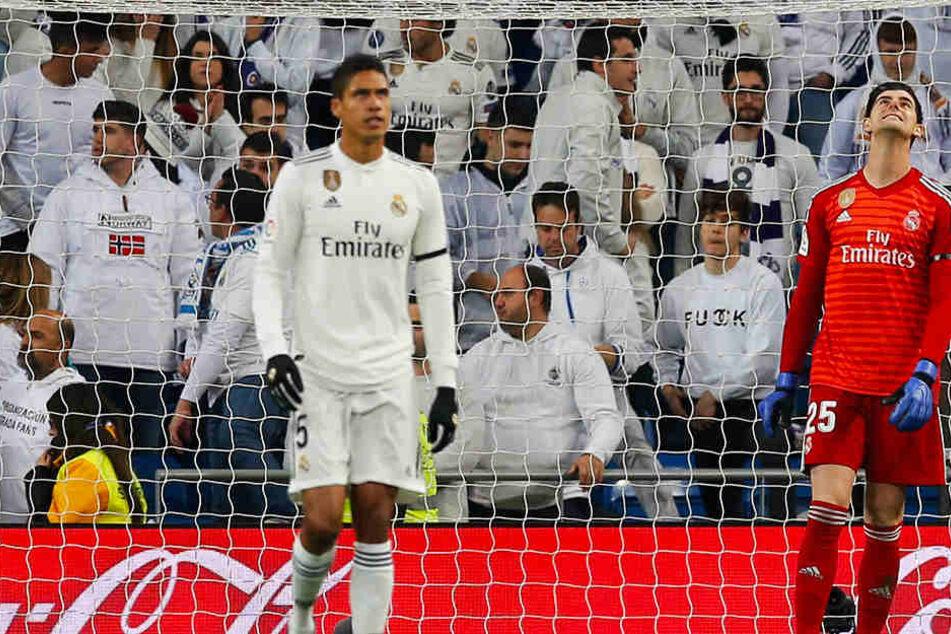 Real Madrids Raphael Varane (l.) und Keeper Thibaut Courtois (r.) können die Misserfolgsserie nicht fassen.