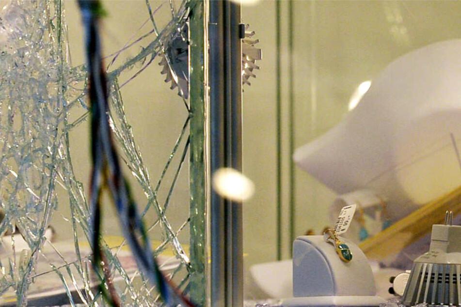 In beiden Fällen wurden die Fenster eingeschlagen und der ausgestellte Schmuck gestohlen (Symbolbild).