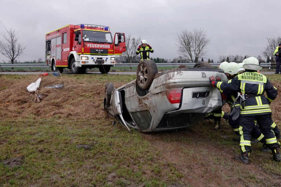 VW kracht gegen Baum und landet auf Dach: Fahrer in Klinik!