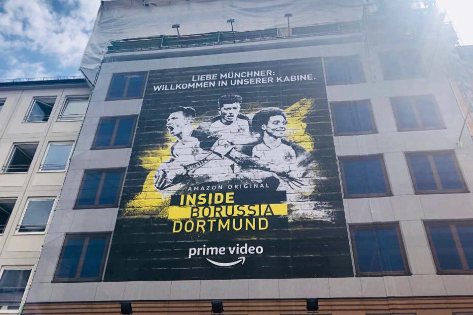 Das Werbeplakat von Amazon nimmt fast die ganze Hausfront in der Theatinerstraße ein.