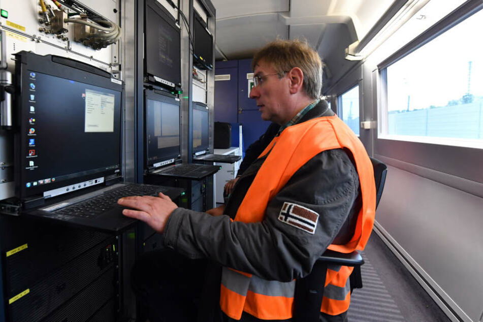 Messingenieur Uwe Pallas hat bei den Fahrten alles im Blick.
