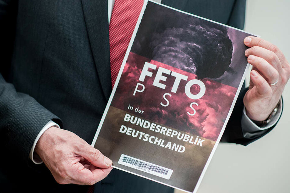 Der niedersächsische Innenminister Boris Pistorius hält in Hannover während einer Pressekonferenz den Titel einer Liste, die der türkische Geheimdienst am Rande der Münchner Sicherheitskonferenz dem Bundesnachrichtendienstes übergeben hat.