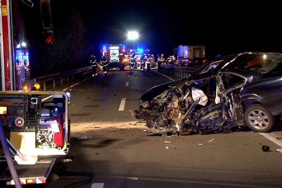 Komplett zerstört blieb der Wagen des Rentners auf der Bundesstraße liegen.
