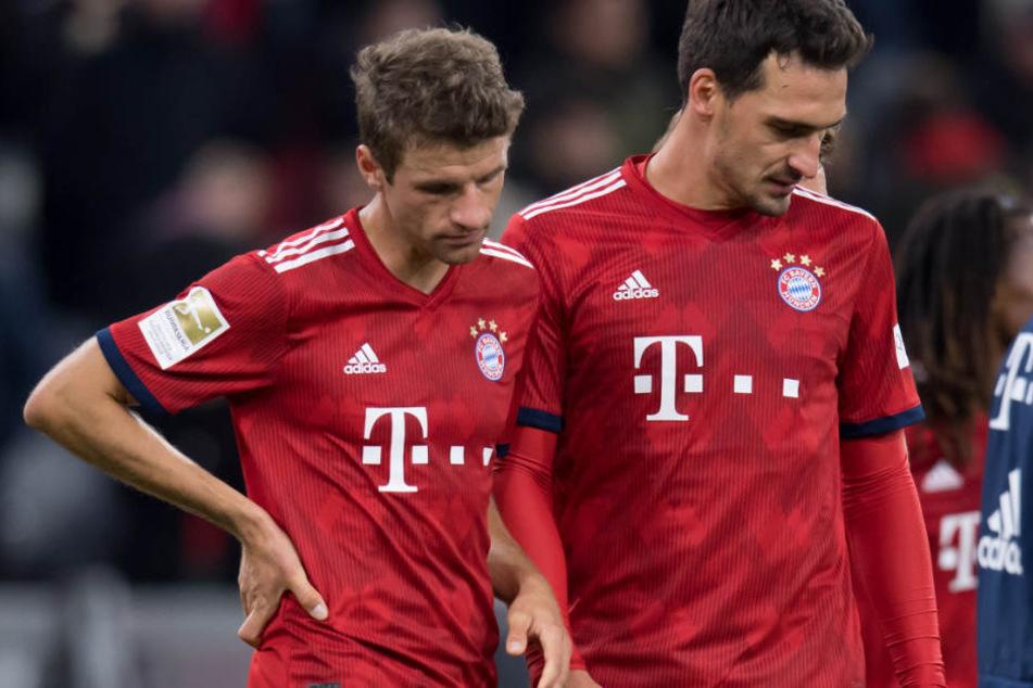 Thomas Müller (l.) befindet sich mit dem FC Bayern München in einer Krise.