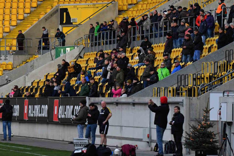 Reichlich 100 Fans verfolgten die erste Einheit unter dem neuen Trainer.