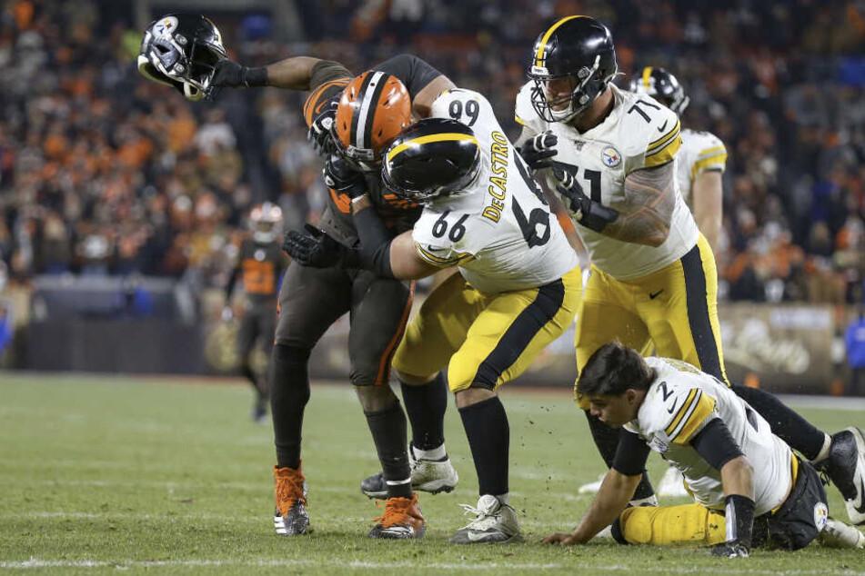 Brutalo-Attacke schockt NFL! Football-Star schlägt mit Helm auf Gegner ein