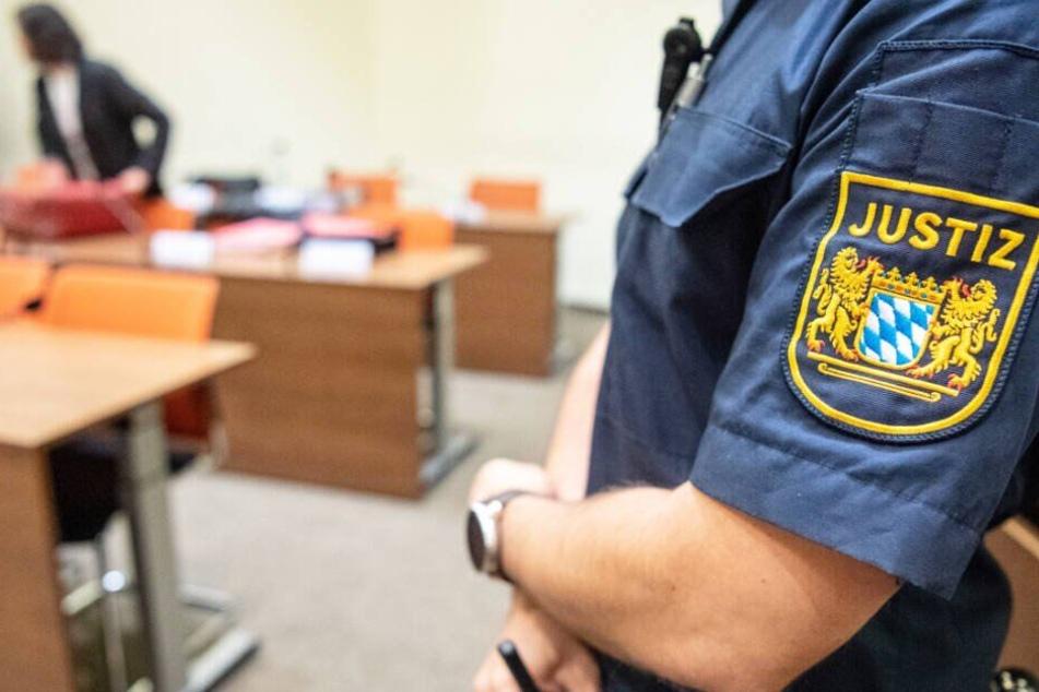 Ein 33 Jahre alter Mann muss sich in München vor Gericht verantworten. (Symbolbild)