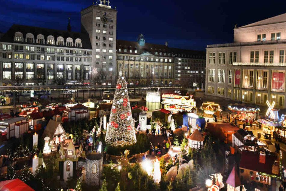 Ab Freitagnachmittag dürfen die Weihnachtsbäume auf dem Augustusplatz kostenlos mitgenommen werden.